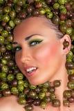 Sexig härlig kvinnlig framsida i krusbäret Fotografering för Bildbyråer