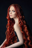 Sexig härlig rödhårig manflicka med långt hår Perfekt kvinnastående på svart bakgrund Ursnyggt hår och naturlig skönhet för djupa Arkivfoto