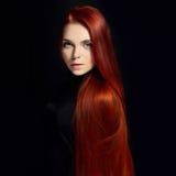 Sexig härlig rödhårig manflicka med långt hår Perfekt kvinnastående på svart bakgrund Ursnyggt hår och naturlig skönhet för djupa Royaltyfri Bild