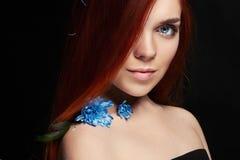 Sexig härlig rödhårig manflicka med långt hår Perfekt kvinnastående på svart bakgrund Ursnyggt hår och naturlig skönhet för djupa fotografering för bildbyråer