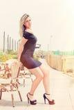 Sexig härlig ung blond modell Bedöva kroppen utomhus arkivbild