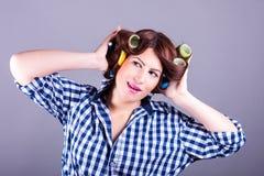 Sexig hemmafru med hårrullar Royaltyfri Bild
