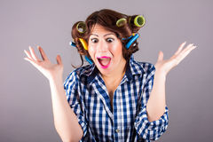 Sexig hemmafru med hårrullar Royaltyfri Fotografi