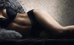 Sexig huvuddel av den unga kvinnan i svart erotisk damunderkläder Royaltyfri Bild