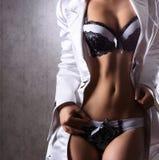 Sexig huvuddel av en ung kvinna i erotisk damunderkläder Arkivfoto