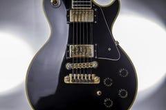 Sexig iconic baksida och guld- elektrisk gitarr fotografering för bildbyråer