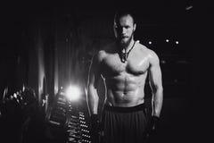 Sexig idrotts- hipsterman för ung stilig brutal vuxen kroppsbyggare med stora muskler Royaltyfria Bilder