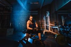 Sexig idrotts- hipsterman för ung stilig brutal vuxen kroppsbyggare med stora muskler Arkivfoton