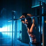 Sexig idrotts- hipsterman för ung stilig brutal vuxen kroppsbyggare med stora muskler Royaltyfri Bild