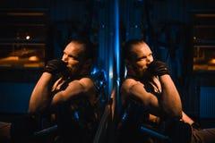 Sexig idrotts- hipsterman för ung stilig brutal vuxen kroppsbyggare med stora muskler Arkivfoto