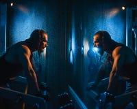 Sexig idrotts- hipsterman för ung stilig brutal vuxen kroppsbyggare med stora muskler Royaltyfri Fotografi