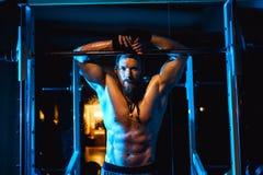 Sexig idrotts- hipsterman för ung stilig brutal vuxen kroppsbyggare med stora muskler Fotografering för Bildbyråer