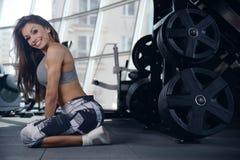 Sexig idrotts- ung flicka som utarbetar i idrottshall Arkivbilder