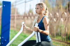 sexig kondition Ung förförisk, färdig och sportig kvinnautbildning utanför royaltyfri fotografi