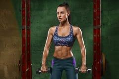 Sexig konditionflicka som utarbetar i idrottshall Muskulös kvinna, abs, format buk- arkivfoton
