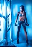 Sexig konditionmodell i idrottshall Royaltyfri Fotografi