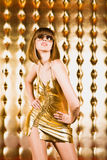 sexig kort kvinna för klänningexponeringsglasstående royaltyfri foto