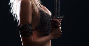 Sexig krigareviking flicka med ett svärd arkivbild