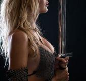 Sexig krigareviking flicka med ett svärd arkivfoto