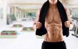 Sexig kropp av den muskulösa mannen i idrottshall Arkivbild