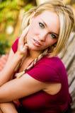 Sexig kvinna - blond modell för nedgångmode fotografering för bildbyråer