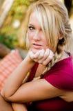 Sexig kvinna - blond modell för nedgångmode arkivbild