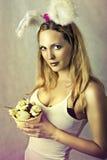 Sexig kvinna - easter kanin med korgen av ägg Royaltyfria Bilder