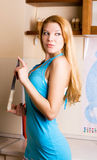 sexig kvinna för blond kniv Arkivbilder