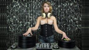 Sexig kvinna för diskodj-vinyle stock video