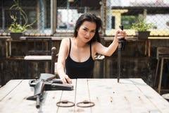 sexig kvinna för gangster med vapnet arkivbild