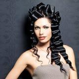 Sexig kvinna för härligt mode med den lockiga frisyren Arkivbild