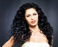 Sexig kvinna för härligt mode med den lockiga frisyren royaltyfria bilder