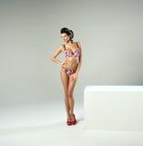 Sexig kvinna för mode med långa ben arkivfoto