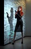 sexig kvinna för pistol Arkivbild