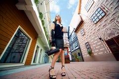 sexig kvinna för skönhetblackklänning royaltyfri foto