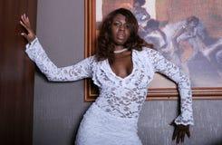sexig kvinna för svart klänning arkivfoto