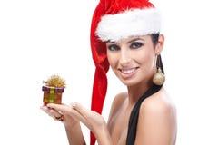 Sexig kvinna i ask för jul för santa hatt hållande Arkivbild