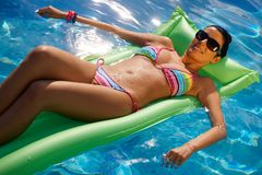 Sexig kvinna i bikini Arkivbilder