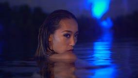 Sexig kvinna i bikini på simbassängen i aftontid stock video
