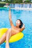Sexig kvinna i bikini som tycker om sommarsolen och garvar under ferier i pöl med coctailen Top beskådar pool simningkvinnan Sexi Arkivfoton