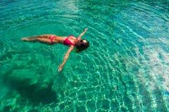 Sexig kvinna i bikinin i pölen, tropisk bakgrund i Maldiverna arkivfoto