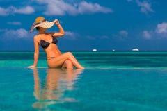 Sexig kvinna i bikinin på stranden, bakgrund för sommarloppferie i Maldiverna fotografering för bildbyråer
