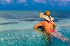 Sexig kvinna i bikinin på stranden, bakgrund för sommarloppferie i Maldiverna arkivbilder