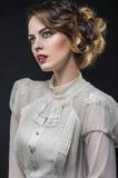 Sexig kvinna i den vita retro klänningen arkivbild