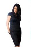 Sexig kvinna i en svart coctailklänning Royaltyfria Foton