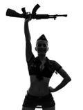 Sexig kvinna i enhetlig salutera kalachnikovsilhouette för armé Royaltyfri Bild