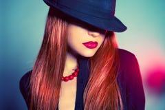 Sexig kvinna i hatt arkivbild