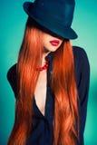 Sexig kvinna i hatt Arkivfoto