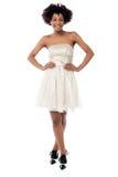 Sexig kvinna i korsettklänningen som gör catwalken Arkivbild