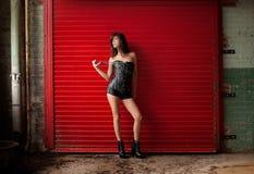 Sexig kvinna i läderkorsett och kortslutningar Arkivfoton